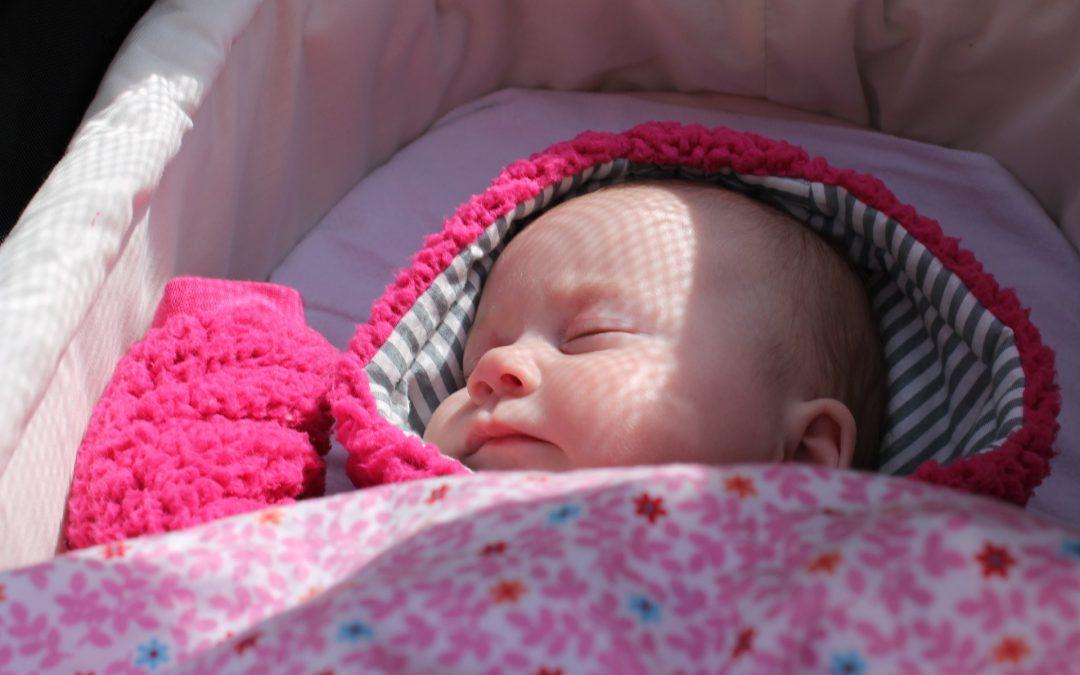 Jak zadbać o dziecko podczas upalnych spacerów?