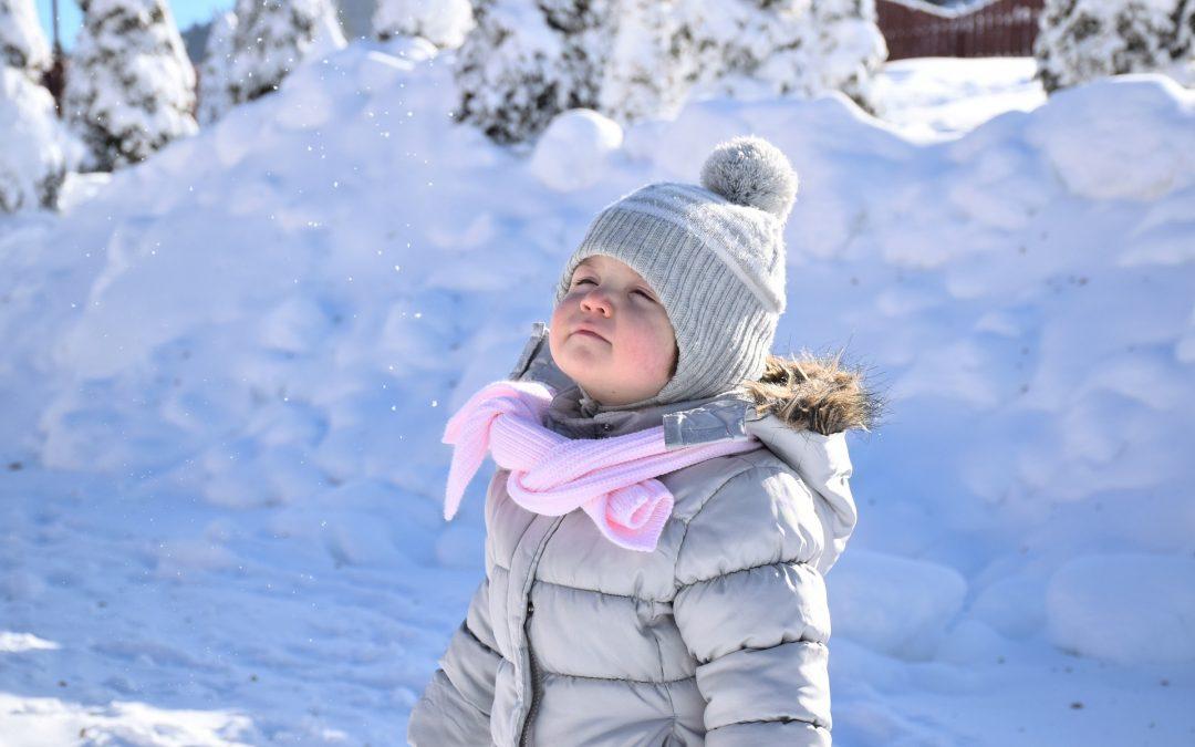 Jak zadbać o dziecko podczas zimowych spacerów?