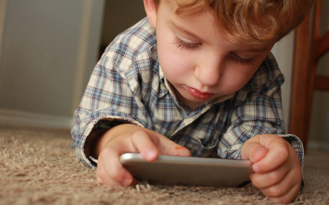 Czy dziecko powinno oglądać bajki na telefonie?